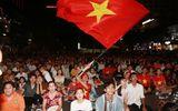 """CĐV """"nhuộm đỏ"""" phố đi bộ Nguyễn Huệ trận U23 Việt Nam - U23 Thái Lan"""