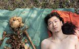 """Chấn động Trung Quốc: Con quật mồ cha, chụp ảnh nude với hài cốt để """"làm nghệ thuật"""""""