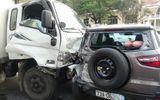 Xe tải tông thẳng vào đoàn xe dừng đèn đỏ, hất văng nhiều ô tô, xe máy