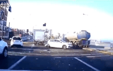 """Video: Xe tải và xe bồn """"nghiền nát"""" hàng loạt ôtô con dừng đèn đỏ"""
