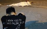 """Vụ nữ lao công bị """"xe điên"""" tông tử vong: Xót xa hình ảnh con trai gục khóc bên thi thể mẹ"""