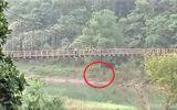 Tá hỏa phát hiện thi thể thanh niên treo lơ lửng giữa cầu ở Hà Giang