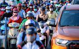 Người dân Sài Gòn nhích từng bước dưới nắng nóng, đường phố kẹt cứng