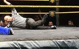 Trọng tài WWE nén nỗi đau gãy chân để hoàn thành trận đấu