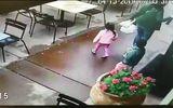 Video: Ôtô mất lái ủi tung cả nhà hàng trên phố, đâm hai trẻ bị thương