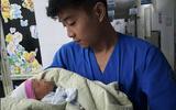 Bé trai khoảng 10 ngày tuổi bị bỏ rơi trong thùng rác giữa đêm mưa tầm tã tại Hà Nội