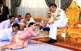 Nguyên nhân Hoàng hậu Thái Lan quỳ rạp trước chồng trong lễ sắc phong