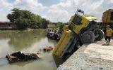 Tai nạn hy hữu: Xe ben nhấn chìm thuyền tạp hóa trên sông