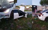 Video: Bị lan can đường đâm xuyên qua ô tô, tài xế thoát chết khó tin