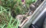 Xe ô tô bất ngờ đâm gãy lan can, lao xuống vực khiến 2 người thương vong