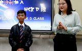 Giáo dục pháp luật - Miệt mài học 16 thứ tiếng, cậu bé bán hàng rong ở Campuchia bất ngờ được đi du học