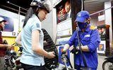 Giá xăng RON 95 dầu bất ngờ giảm gần 600 đồng/lít