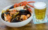 Sự thật về tin đồn uống bia khi ăn hải sản dễ bị sỏi thận