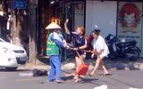Tin trong nước - Video: Bị nhắc nhở vì ném rác vô ý thức, chủ shop quần áo lao vào đánh tới tấp cô lao công