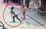 Video: Chặn đứng gã đàn ông liều lĩnh bắt cóc trẻ em giữa ban ngày