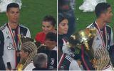 Thể thao - Ronaldo vô tình để cúp vô địch đập vào mặt con trai