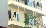 Tá hỏa phát hiện cô gái tử vong trong phòng trọ, bạn trai treo cổ trước nhà