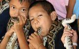"""Đời sống - Bí ẩn ngôi làng, nơi người và rắn hổ mang là """"bạn thân"""" ở Thái Lan"""