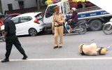 Hà Nội: Bị yêu cầu dừng xe để kiểm tra, thanh niên xăm trổ tông gục trung úy CSGT