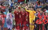 Hình ảnh cảm động: U23 Việt Nam đội mưa đi khắp khán đài cảm ơn người hâm mộ