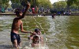 Người dân Ấn Độ vật vã vì nắng nóng cực đoan