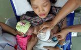 Quảng Nam: Bé song sinh bất ngờ bị mẹ đẻ rơi tại nhà vệ sinh