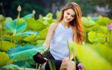 """Cận cảnh vẻ đẹp hút hồn của cô gái ngoại quốc thả dáng bên hồ sen gây """"sốt"""" mạng xã hội"""