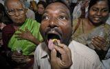 Ăn - Chơi - Rùng mình cảnh người Ấn Độ đổ xô nuốt cá sống để chữa bệnh hen suyễn