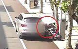 """Video: Tài xế không kéo phanh tay khiến ô tô """"trôi"""" tự do, cán 2 người đi xe máy"""