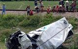 Xã hội - Va chạm kinh hoàng với tàu hỏa: Xe tải nát bét, tài xế nguy kịch