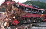 Video: Hiện trường tang thương vụ xe tải và xe khách đâm nhau ở Hòa Bình