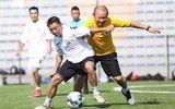 HLV Park Hang-seo bất ngờ xỏ giày ra sân chơi bóng