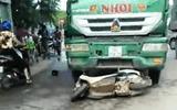 """Ô tô tải tông xe máy """"kẹp"""" 4, 2 phụ nữ tử vong"""