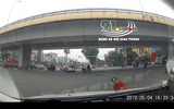 Video: Tự lao đầu vào ô tô, người đàn ông lăn đùng ngã ngửa ra ăn vạ