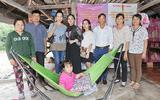 NSUT Trịnh Kim Chi cùng Nữ hoàng Helen Thúy Lê đội mưa đi làm từ thiện tại Tây Ninh