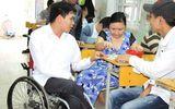 Cảm động trước tấm gương thầy giáo đi xe lăn tới lớp mỗi ngày giúp đỡ trẻ em bất hạnh