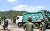 """Đà Nẵng: Công an """"thông đường"""" cho xe chở rác vào bãi rác Khánh Sơn"""