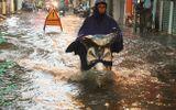 """Tin trong nước - Hà Nội đón mưa lớn giải nhiệt sau nhiều ngày nắng nóng, đường phố bỗng """"hóa thành sông"""""""