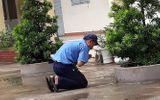 Giáo dục pháp luật - Hình ảnh bác bảo vệ quỳ một góc sân trường cầu cho học sinh đỗ tốt nghiệp 100% gây bão mạng xã hội