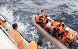 Tin trong nước - Đưa 2 thi thể được tìm thấy gần khu vực tàu cá NA 95899 TS bị đâm chìm vào bờ