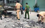 """CSGT Bình Dương """"đội nắng"""" dọn dẹp hàng tấn ngói đổ nát giữa ngã tư"""