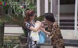 """Giải trí - Lộ cảnh quay xúc động trong """"Về nhà đi con"""": Thư bước lên xe rời khỏi nhà chồng"""