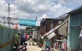 TP.HCM: Cần cầu bất ngờ lật nghiêng đổ sập, đè vào nhà dân