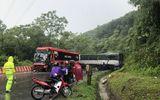 Xe khách va chạm xe tải ở Hòa Bình, tài xế mắc kẹt trong cabin