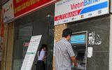 """Chủ thẻ phát hoảng vì """"ma trận"""" phí của thẻ ATM"""