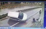 Video: Ôtô đâm dải phân cách rồi lộn 2 vòng, tài xế tỉnh táo mở cửa xuống xe