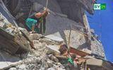 Cả gia đình Syria trúng không kích, những đứa trẻ bị chôn vùi giữa đống đổ nát