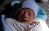 Phát hiện bé sơ sinh còn nguyên dây rốn bị bỏ mặc dưới chân cầu