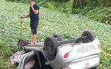 Taxi lao xuống mương nước, tài xế tử vong trong xe