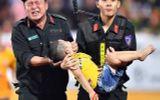 Đại úy CSCĐ kể lại giây phút cứu bé trai bị co giật trên sân vận động